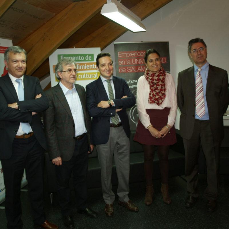 En el centro Juan Manuel Corchado junto a responsables de distintas áreas de emprendimiento de la USAL