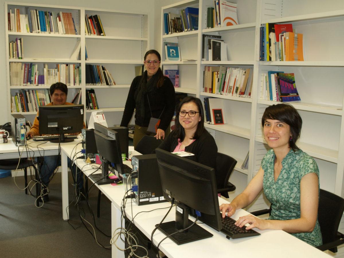 Rosario Mirabal junto a otros compañeros de doctorado en el Instituto eCyT
