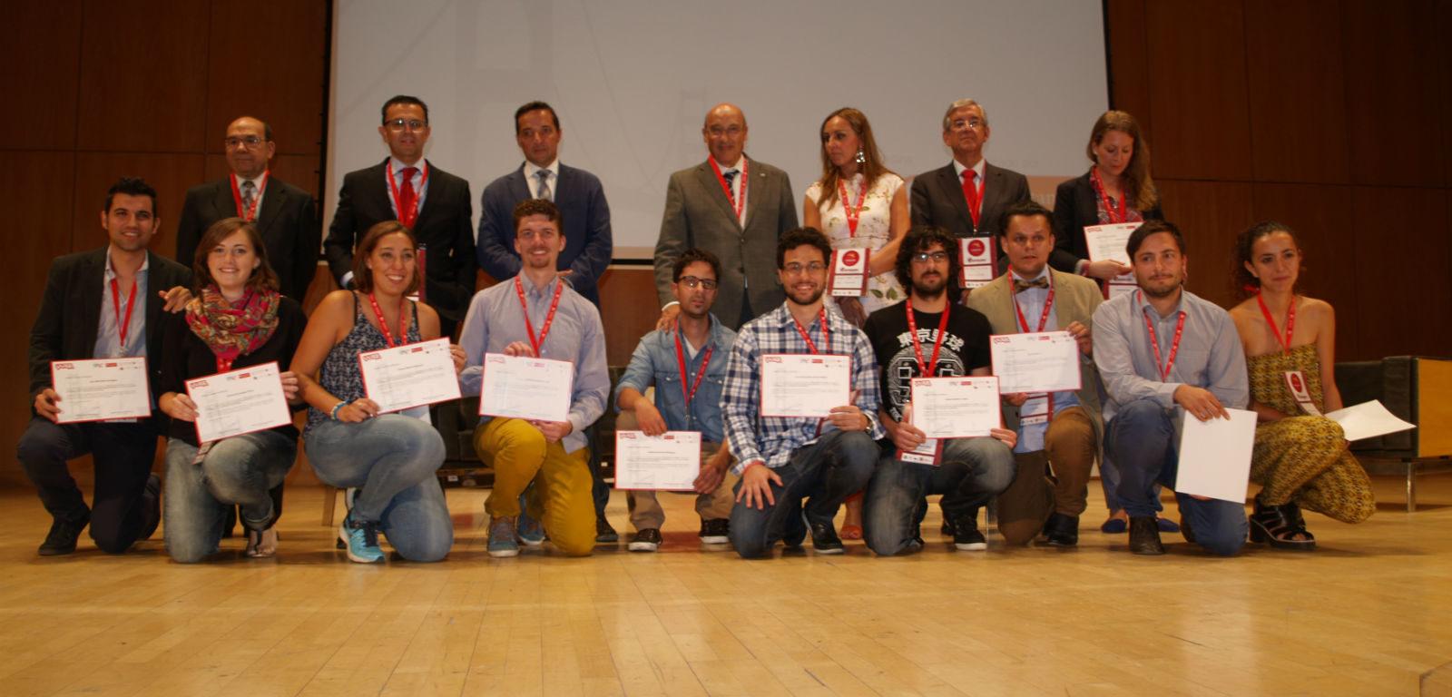 Emprendedores del centro YUZZ con sus diplomas, junto a autoridades.