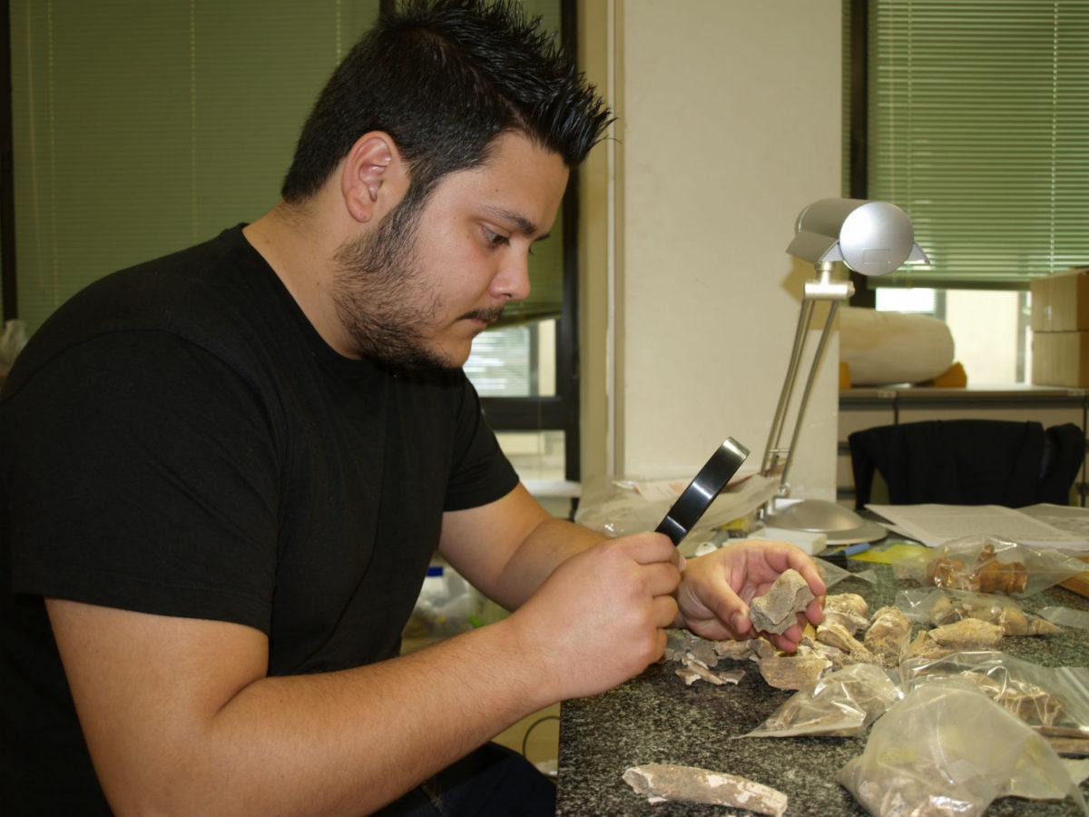 Rodrigo Portero analiza los huesos